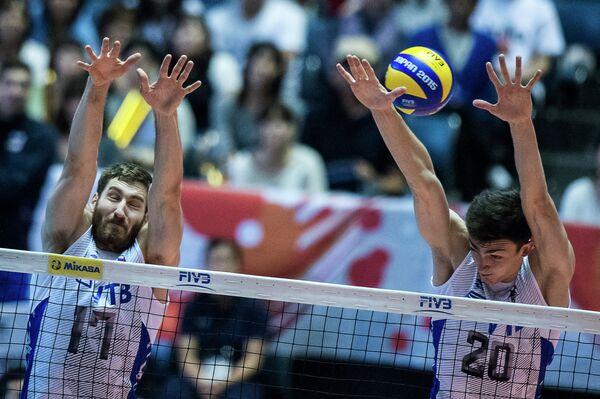 Диагональный сборной России Максим Михайлов (слева) и российский центровой Ильяс Куркаев
