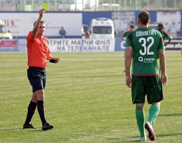 Главный судья Николай Волошин (слева) выносит предупреждение форварду Локомотива Петару Шкулетичу