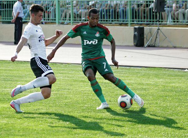 Нападающий Локомотива Майкон (справа)