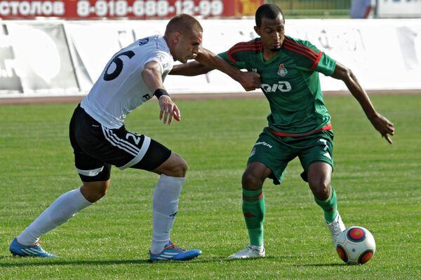 Защитник Торпедо Раде Дугалич (Слева) и нападающий Локомотива Майкон