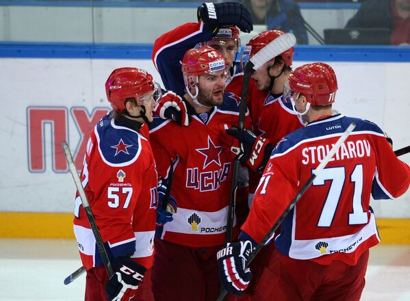 Игроки ЦСКА радуются заброшенной шайбе