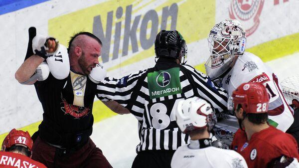 Судья разнимает нападающего Витязя Джереми Яблонски (слева на втором плане) и вратаря Динамо Кристофера Холта (справа на втором плане), 2011 год