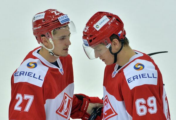 Хоккеисты Спартака Вячеслав Лещенко (слева) и Лукаш Радил