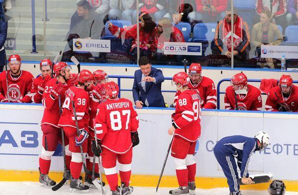 Главный тренер Витязя Олег Ореховский (в центре)