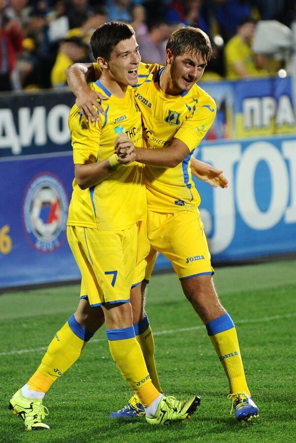 Футболисты Ростова Дмитрий Полоз (слева) и Тимофей Маргасов радуются забитому мячу