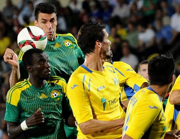 Футболисты Кубани Мохаммед Рабиу (слева на первом плане) и Шандао, футболисты Ростова Сесар Навас и Кристиан Нобоа (слева направо)
