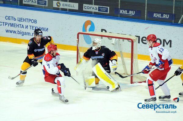 Вратарь ХК Северсталь Сергей Магарилов (в центре)