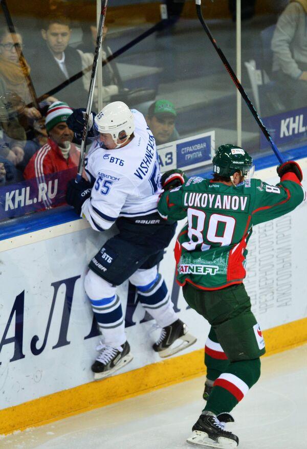 Защитник Динамо Дмитрий Вишневский (слева) и форвард Ак Барса Артём Лукоянов