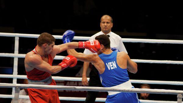 Российский боксер Петр Хамуков (слева)