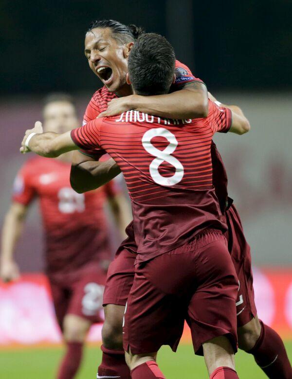 Футболисты сборной Португалии по футболу Жуан Моутинью (№8) и Бруну Алвеш