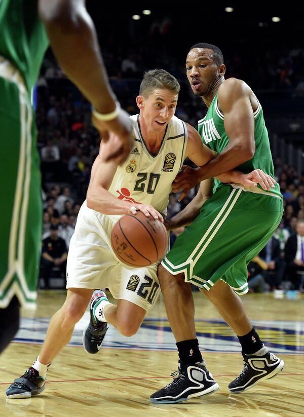 Защитник клуба НБА Бостон Селтикс Эйвери Брэдли (справа)