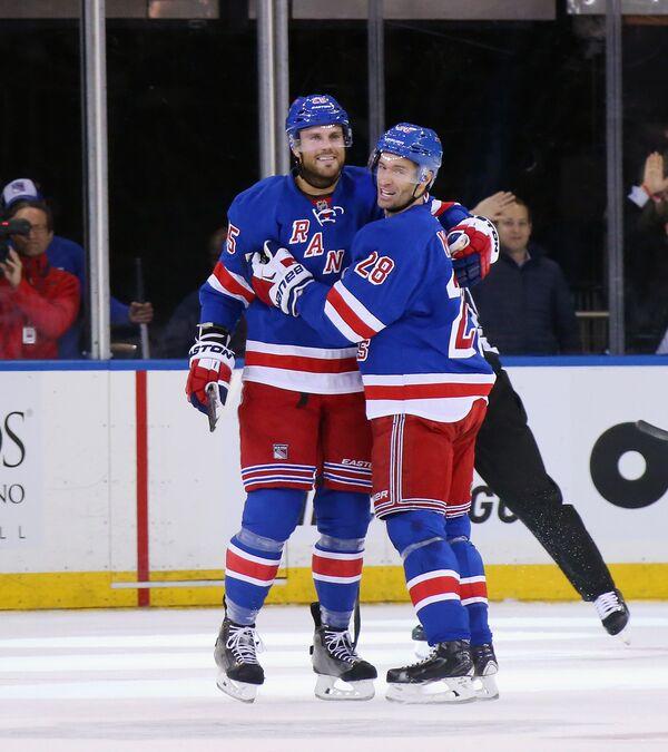 Хоккеисты Нью-Йорк Рейнджерс Виктор Сталберг и Доминик Мур (слева направо)