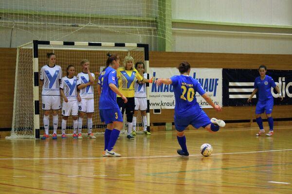 Игровой момент матча чемпионата России по мини-футболу среди женских команд