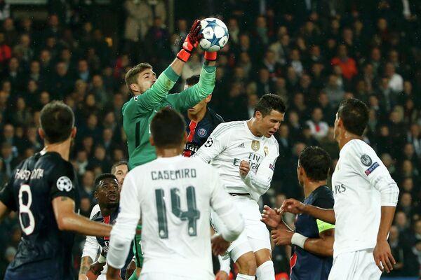 Игровой момент матча ПСЖ - Реал (Мадрид)