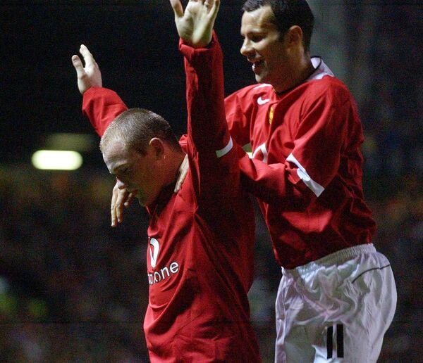 Футболисты Манчестер Юнайтед Уэйн Руни и Райан Гиггз (слева направо) радуются забитому мячу в ворота Фенербахче