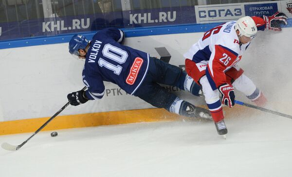 Форвард Динамо Константин Волков (слева) и форвард Локомотива Йонас Энлунд