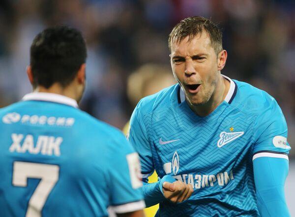 Футболисты Зенита Халк (слева) и Артем Дзюба  радуются забитому голу