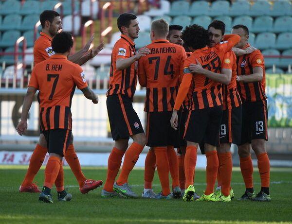 Игроки ФК Шахтер (Донецк) радуются забитому голу