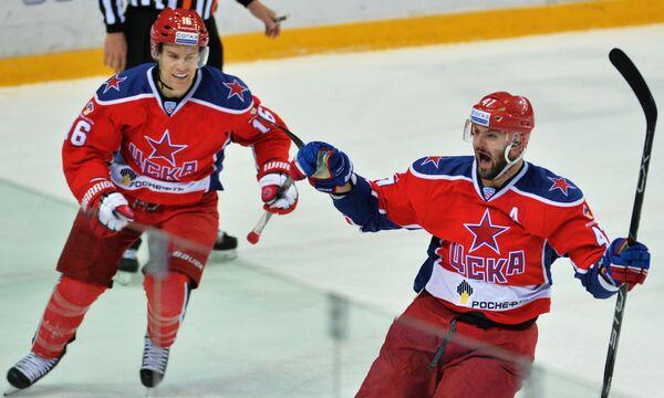 Хоккеисты ЦСКА Джефф Плэтт (слева) и Александр Радулов