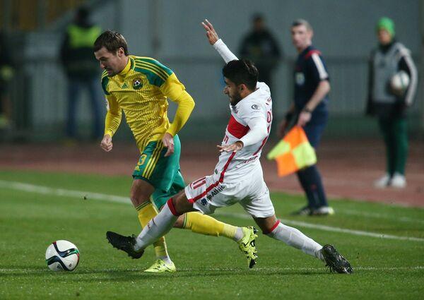 Защитник Кубани Роман Бугаев и полузащитник Спартака Араз Озбилиз (справа)