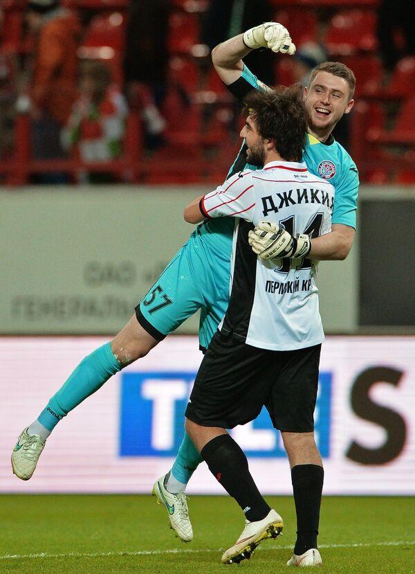 Вратарь Амкара Александр Селихов (справа) и игрок Амкара Георгий Джикия