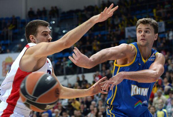 Защитники БК Црвена Звезда Марко Гудурич (слева) и БК Химки Егор Вяльцев