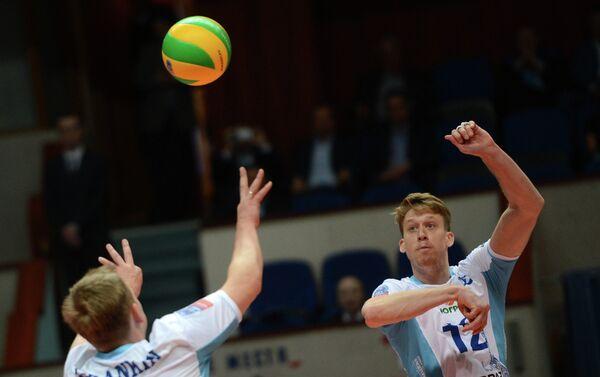 Волейболисты Динамо Сергей Гранкин и Максвелл Холт (справа)