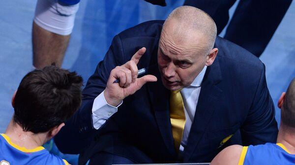 Главный тренер БК Химки Римас Куртинайтис (в центре)