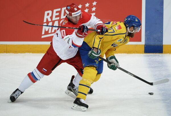 Форвард сборной России Сергей Мозякин (слева) и нападающий сборной Швеции Линус Умарк