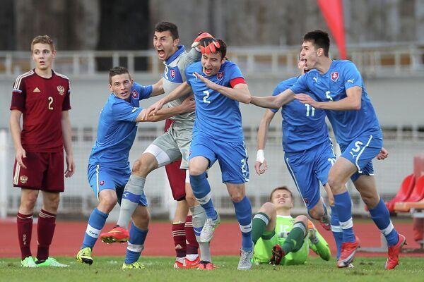 Игровой момент матча отборочного раунда Евро-2016 (до 19 лет) Россия - Словакия