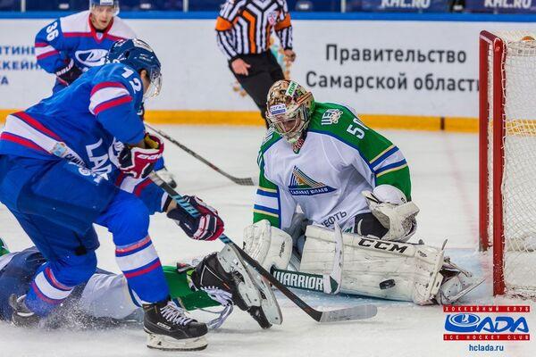 Нападающий Лады Антон Шенфельд и голкипер Салават Юлаева Владимир Сохатский (слева направо)