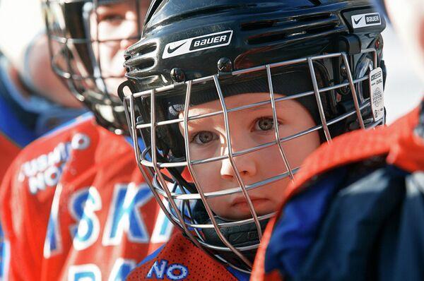 Ледовая хоккейная дворовая площадка на улице Планерной в Москве