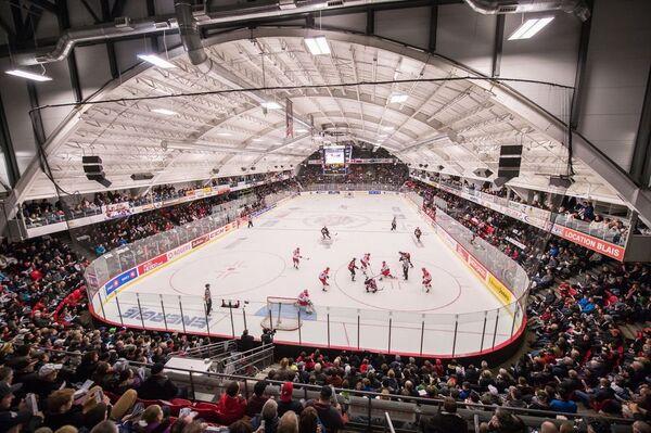 Игровой момент матча суперсерии между хоккеистами молодежной сборной России (игроки не старше 20 лет) и сборной Главной юниорской лиги Квебека (QMJHL)