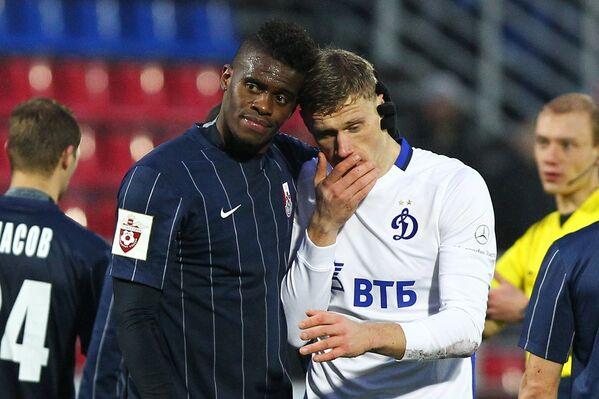 Защитник Мордовии Тома Фибель (слева) и форвард Динамо Павел Погребняк