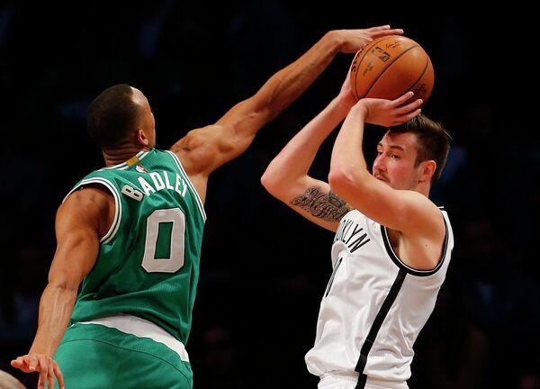 Игровой момент матча НБА Бруклин - Бостон. Справа - защитник Бруклина Сергей Карасев
