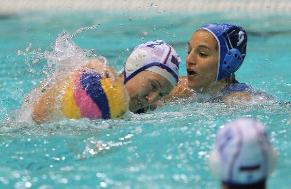 Игрок сборной России Екатерина Лисунова и игрок сборной Греции Кристина Котсиа (справа)