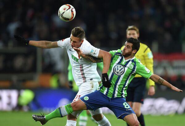 Игровой момент матча между Аугсбургом и Вольфсбургом