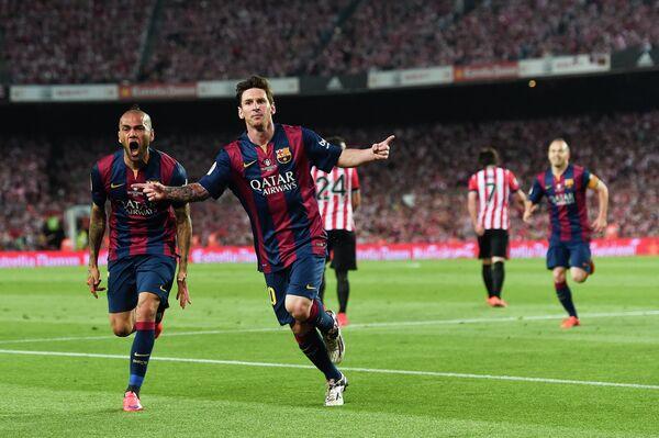 Форвард Барселоны Лионель Месси радуется забитому мячу в ворота Атлетика