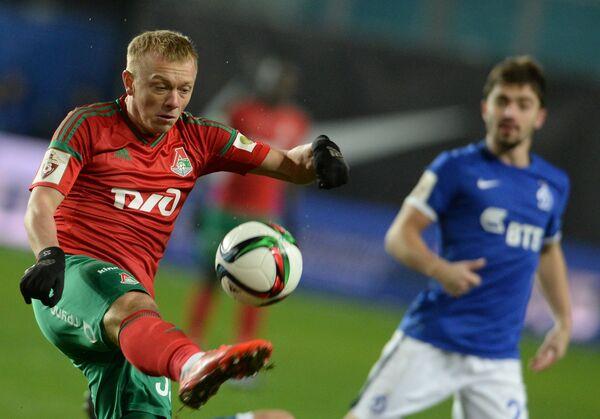 Защитник Локомотива Ренат Янбаев (слева) и полузащитник Динамо Антон Соснин