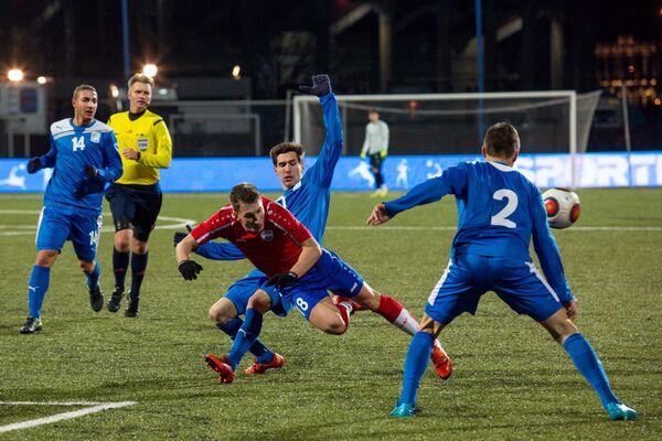 Игровой момент товарищеского матча между сборной Футбольной национальной лиги (ФНЛ) и сборной итальянской серии B