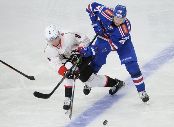 Игрок Трактора Данил Губарев (слева) и игрок СКА Евгений Кетов