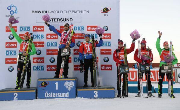Арнд Пайффер (Германия) - 2-е место, Мартен Фуркад (Франция) - 1-е место, Кентен Фийон-Майе (Франция) - 3-е место, Тарьей Бё (Норвегия) - 4-е место, Эмиль Хегле Свендсен (Норвегия) - 5-е место, Бенедикт Долль (Германия) - 6-е место (слева направо)