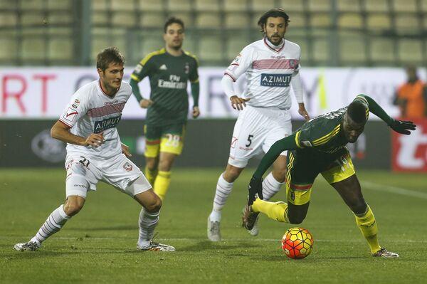Игровой момент матча Серии А Карпи - Милан