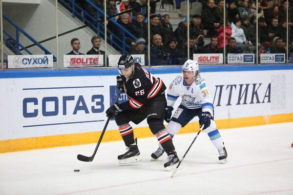 Нападающий Амура Павел Дедунов и защитник Барыса Кевин Даллмэн (слева направо)