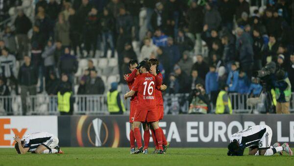 Футболисты Аугсбурга (в красной форме)