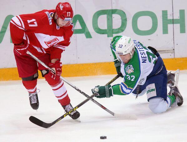 Нападающий Спартака Артем Воронин (слева) и нападающий ХК Салават Юлаев Александр Нестеров