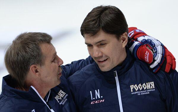 Главный тренер сборной России по хоккею Олег Знарок (слева) и тренер Игорь Никитин