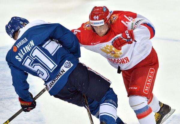 Нападающий сборной Финляндии Томи Саллинен (слева) и защитник сборной России Егор Яковлев