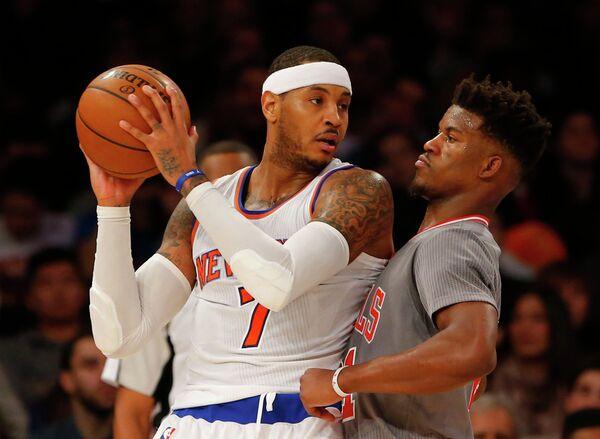 Форвард клуба НБА Нью-Йорк Никс Кармело Энтони (слева)