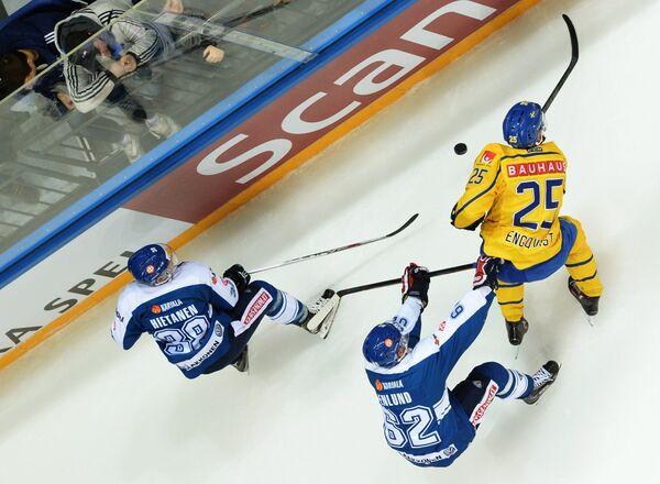 Игроки сборной Финляндии Юусо Хиетанен и Йонас Энлунд и форвард сборной Швеции Андреас Энгквист (слева направо)